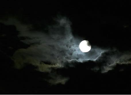Alineándonos con la luna a través del silencio